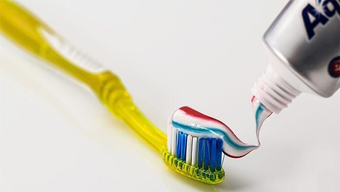 mencuci muka dengan ubat gigi